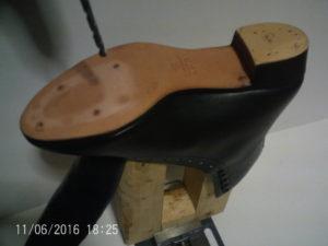 ローラースケート靴の穴をあける