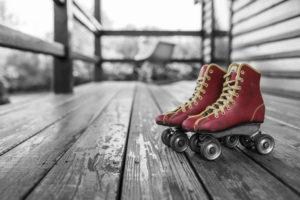 赤色のローラースケートシューズ