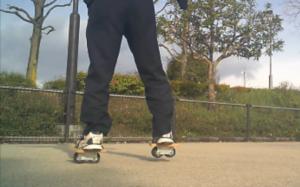 フリーラインスケート・バインドして前足を上げるグーフィースタンス3