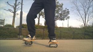 フリーラインスケート・バインドして前足を上げるグーフィースタンス2